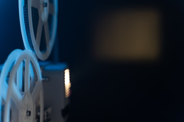 Projektor filmowy retro z rolkami cewki 8 mm