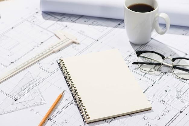 Projektów budowlanych. planowanie. otwórz plany za pomocą ołówka i notatnika.
