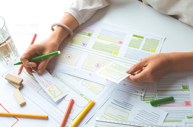 Projektowanie interfejsów użytkownika dla witryn lub aplikacji internetowych.