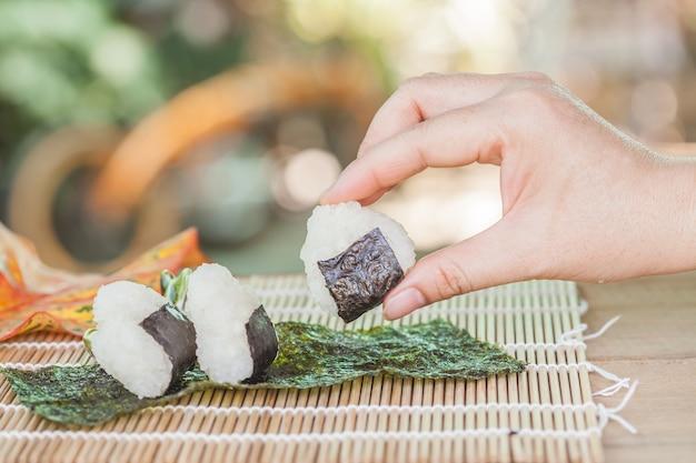 Projektowanie kuli ryżowej przez domowe jedzenie.