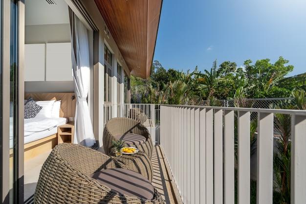 Projektowanie wnętrz i na zewnątrz w willi, domu, domu, mieszkaniu i apartamencie obejmuje część wypoczynkową, okrągły stołek na balkonie sypialni