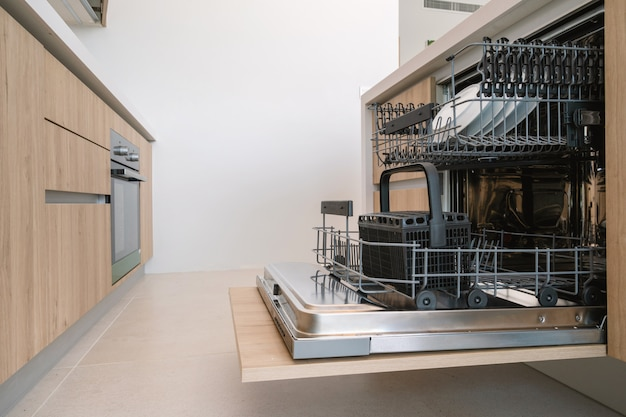 Projektowanie wnętrz w willi, domu, domu, mieszkaniu i apartamencie obejmuje zmywarkę do naczyń w kuchni