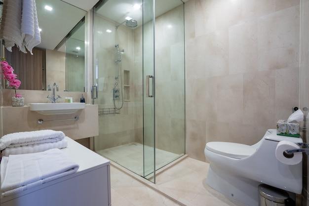 Projektowanie wnętrz willi, domu, domu, mieszkania i apartamentu obejmuje łazienkę, toaletę, prysznic i umywalkę