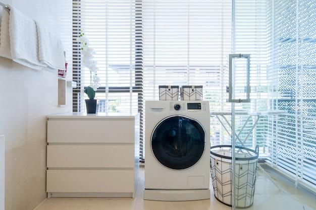 Projektowanie wnętrz willi, domu, domu, mieszkania i apartamentu obejmuje łazienkę z umywalką, szafką i pralką