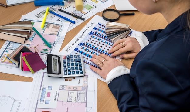 Projektowanie Wnętrz Z Próbką Kolorów I Planami Budynków Biurowych Premium Zdjęcia