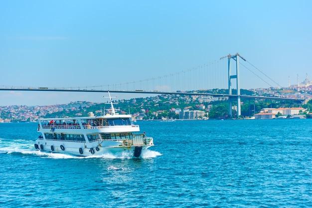 Prom i most męczenników 15 lipca nad bosforem w stambule, turcja
