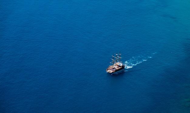 Prom na tle morza / niebieska woda oceanu w spokoju i wycieczki statkiem podróży /