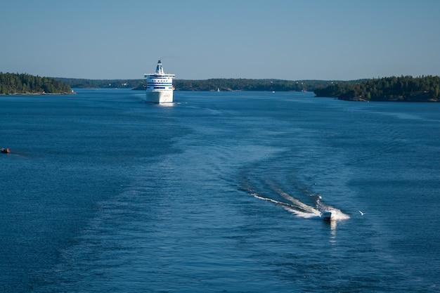 Prom opuszcza obszar wodny portu w sztokholmie.