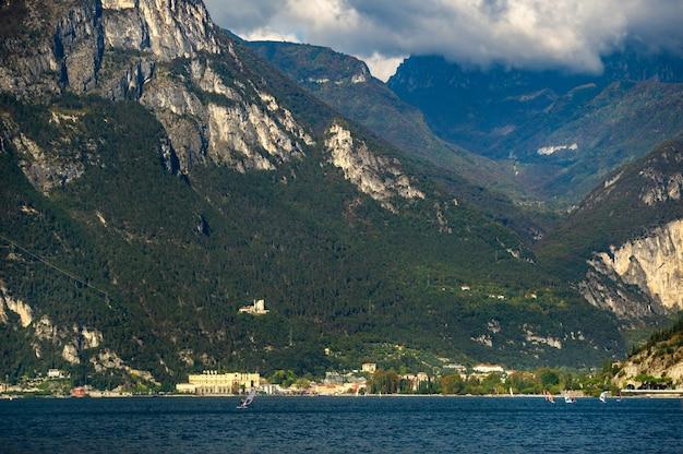Promenada nad jeziorem garda i alpami. włochy. toskania.