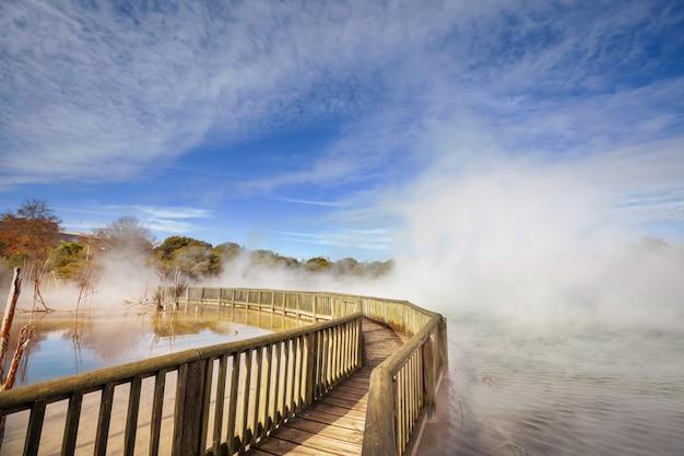 Promenada w strefie termalnej rotorua, wyspa północna, nowa zelandia
