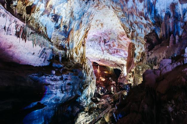 Prometeusz kumistavi w pobliżu kutaisi, region imereti w gruzji. jaskinia z kolorową farbą.