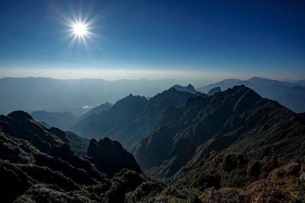 Promień słońca nad szczytowym widokiem na najwyższą górę fanipan w północnym wietnamie
