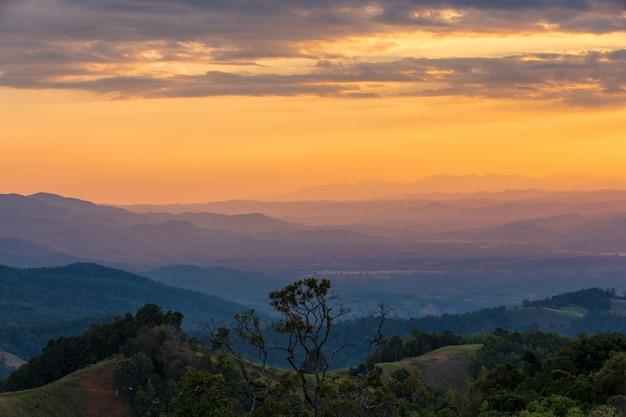 Promień słońca w górach i mgła w doi samer dao