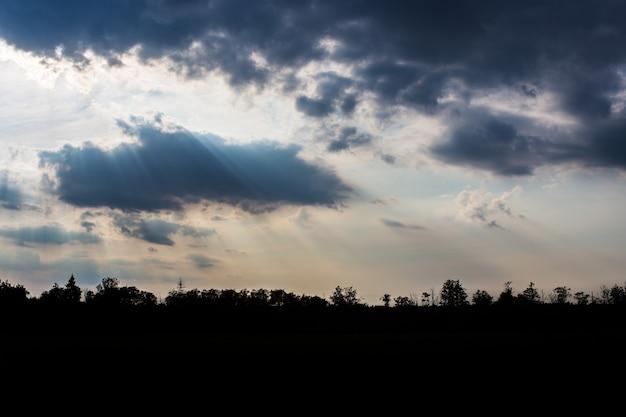 Promienie boga w krajobrazie rzeki promienie słońca przebijają się przez chmury skopiuj przestrzeń