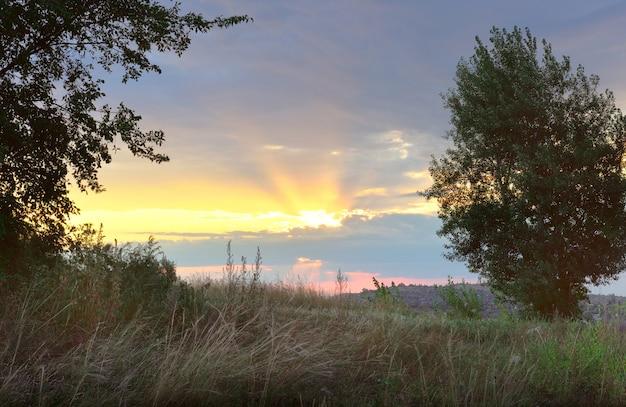 Promienie słońca przebijają się przez chmury chakasja syberia rosja