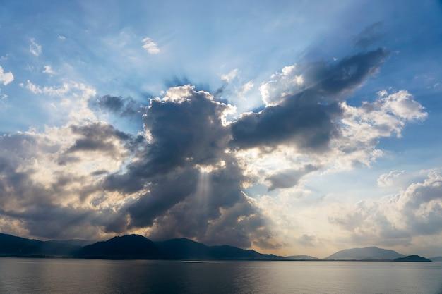 Promienie słońca przez chmury o świcie, wyspa koh samui, tajlandia. kompozycja natury