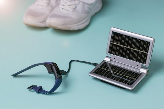 Promienie słoneczne padają na ładowarkę zasilaną energią słoneczną.