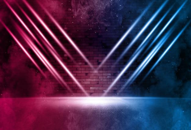 Promienie światła neonowego na ścianie z cegły neonowej. pusta scena. neonowe refleksy na mokrym asfalcie.