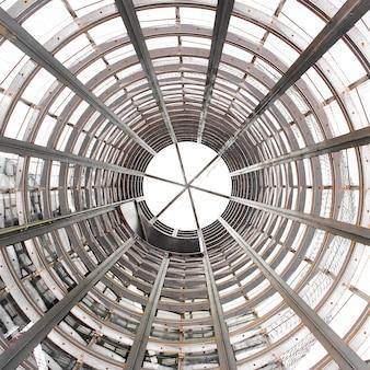 Promieniowa szklana kopuła nowożytny budynek. patrząc w górę