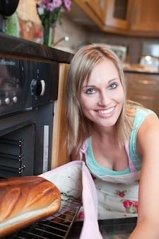 Promienna kobieta do pieczenia chleba