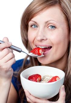 Promienna kobieta o zdrowe śniadanie