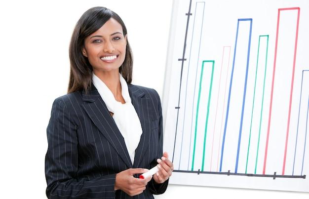 Promienny bizneswoman robi prezentaci