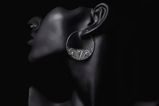 Promocja dobrej biżuterii w uszach kobiety