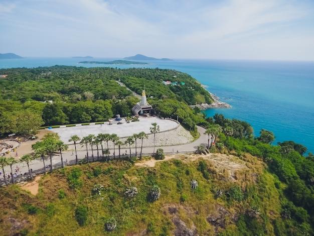 Promthep cape widok z góry jaskini ikona phuket, tajlandia. widok z lotu ptaka z kamery drona punkt widokowy jaskini phromthep phuket,