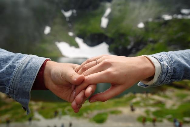 Propozycja małżeństwa w górach z bliska