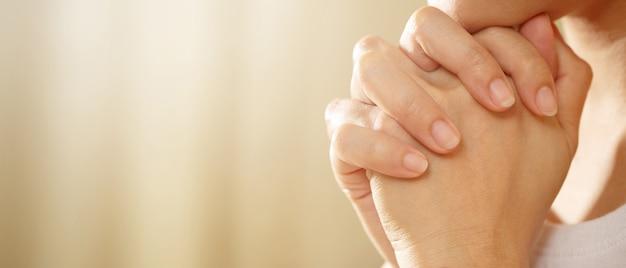 Proś boga z miłością i wiarą w święte rzeczy. z naukami boga