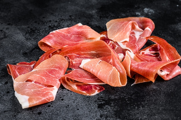 Prosciutto crudo, włoskie salami, szynka parmeńska. talerz antipasto.