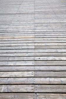 Prosta droga wykonana z drewna dla ruchu pieszych i ludzi, stylizowana na starodawny kraj