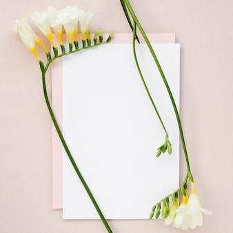Prosta kartka ślubna z kwiatami