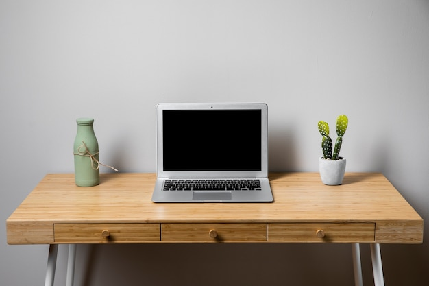 Prosta koncepcja schludnego biurka z drewna