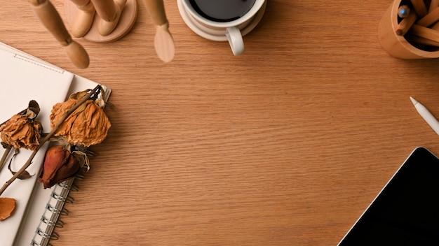 Prosta przestrzeń do pracy z miejscem na kopię na drewnianym tle otoczona stylowymi dekoracjami