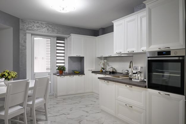 Proste i luksusowe nowoczesne białe wnętrze kuchni