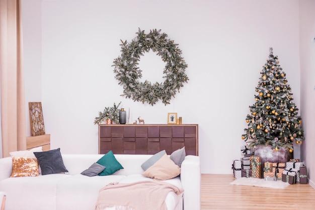 Proste i stylowe wnętrze pokoju w okresie bożego narodzenia