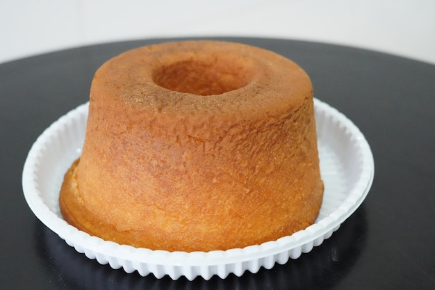 Proste nagie ciasto na czarnym stole