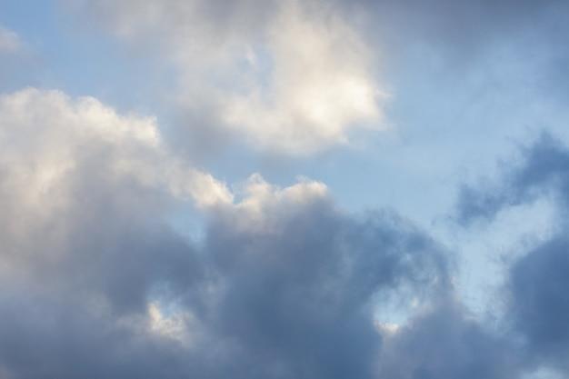 Proste piękne ponure błękitne niebo z puszystymi chmurami w spokojny letni poranek