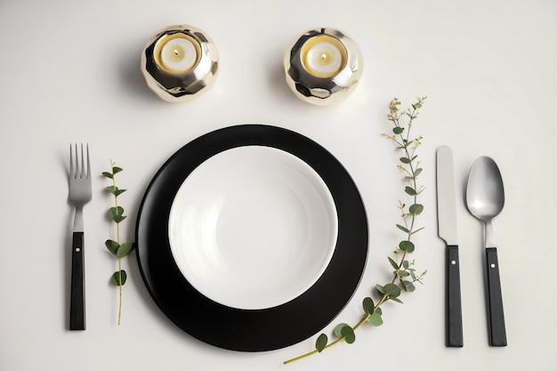 Proste ustawienie stołu na białym tle