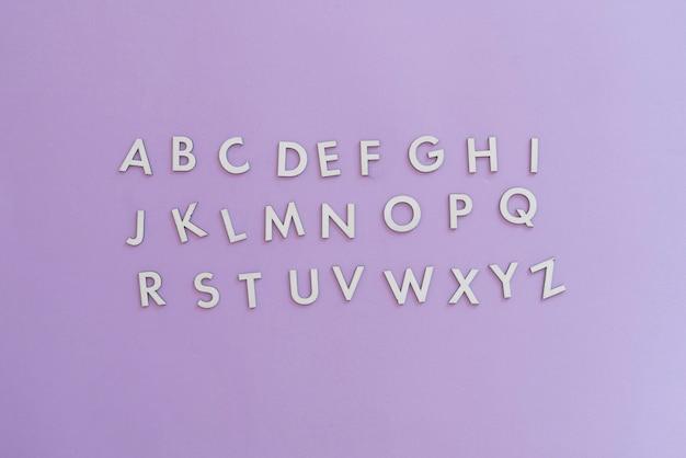Proste wycięte litery alfabetu angielskiego na płasko