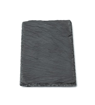 Prostokątna czarna tablica łupkowa na białym tle, naczynia do serwowania jedzenia