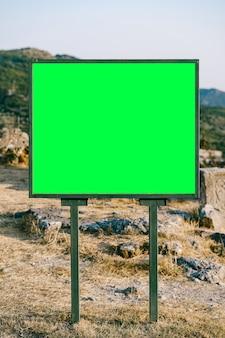 Prostokątna, pozioma, pusta tablica na poboczu drogi w górach