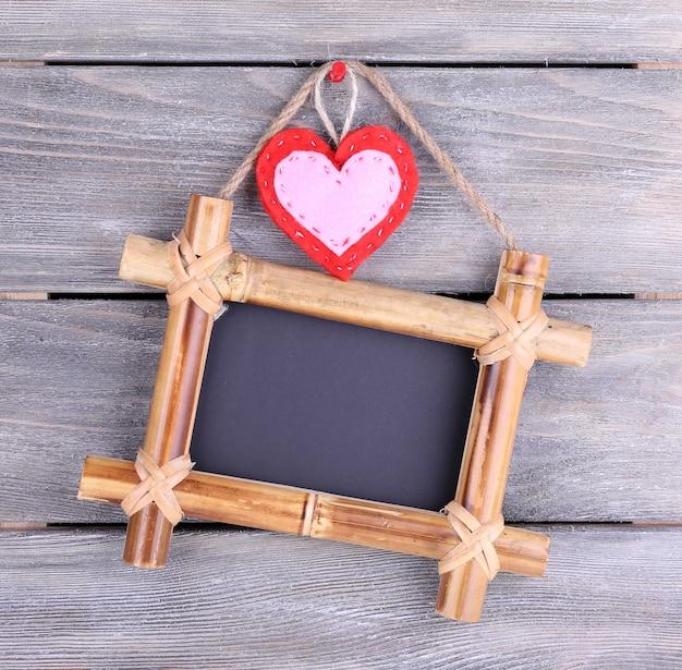 Prostokątna tablica na drewnianej powierzchni