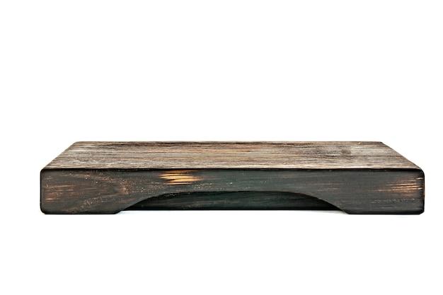Prostokątna taca na deskę do krojenia wykonana z ciemnego drewna na białym tle. izolowany obiekt.