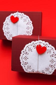 Prostokątne pudełko z okrągłym białym ręcznikiem papierowym i czerwonym sercem