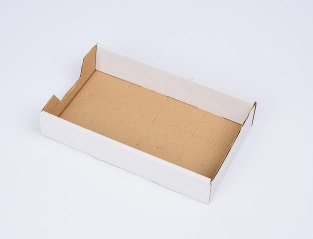 Prostokątne puste pudełko kartonowe z brązowego papieru na białym pudełku bez wieczka