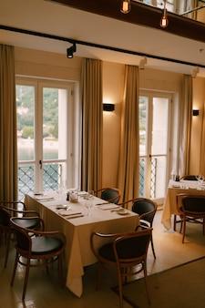Prostokątny stół we wnętrzu klasycznej restauracji