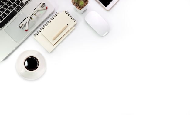 Prosty biały stół roboczy i laptop do pracy