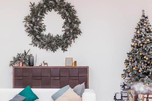 Prosty i stylowy pokój z dekoracją świąteczną